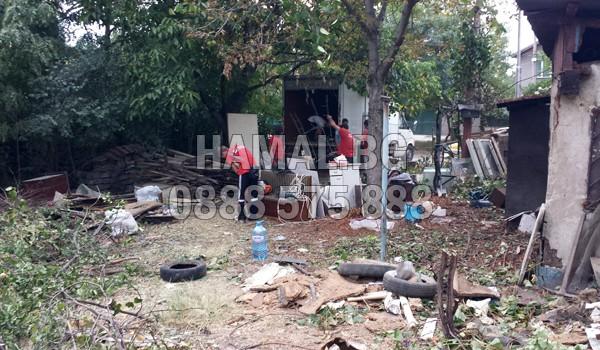 Почиства дворове от клони и отпадъци в София