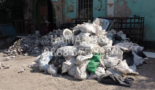 Изхвърляне на чували със строителни отпадъци